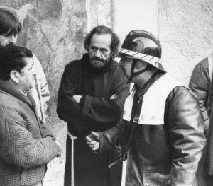 Da sinistra: il capomastro Franco Lepori, fra Roberto e il comandante dei pompieri di Tesserete, Aldo Morosoli, fanno il punto della situazione.